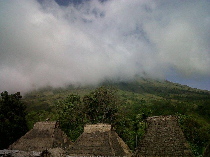 gunung inerie tertutup kabut