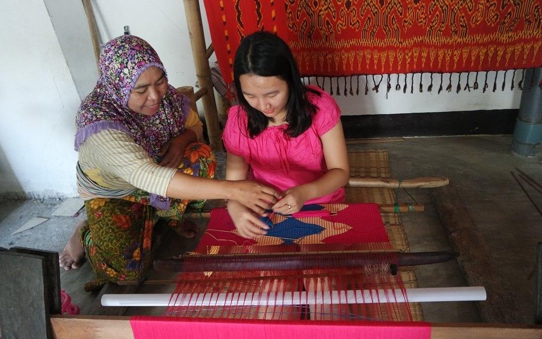 belajar menenun di desa sukarara