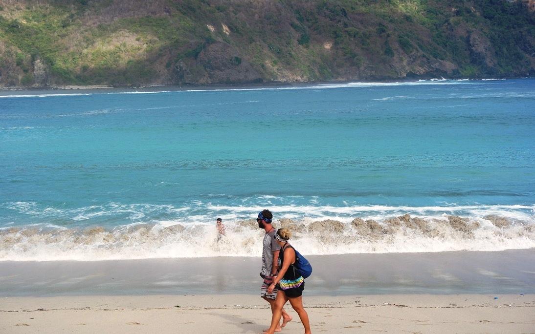 serunya bmain ombak di pantai mawun