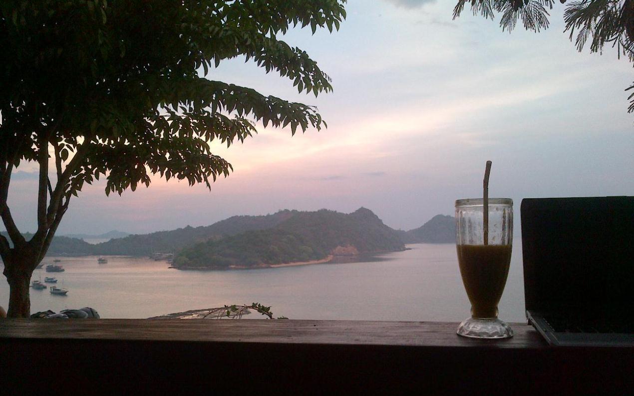 Senja di paradise bar & cafe Labuan Bajo