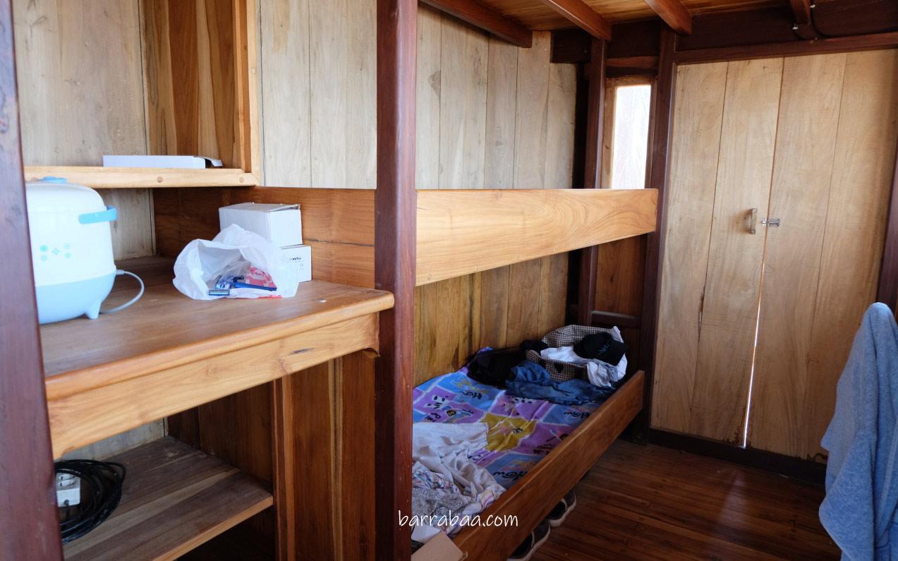 tempat tidur di ruang kemudi kapal pinisi