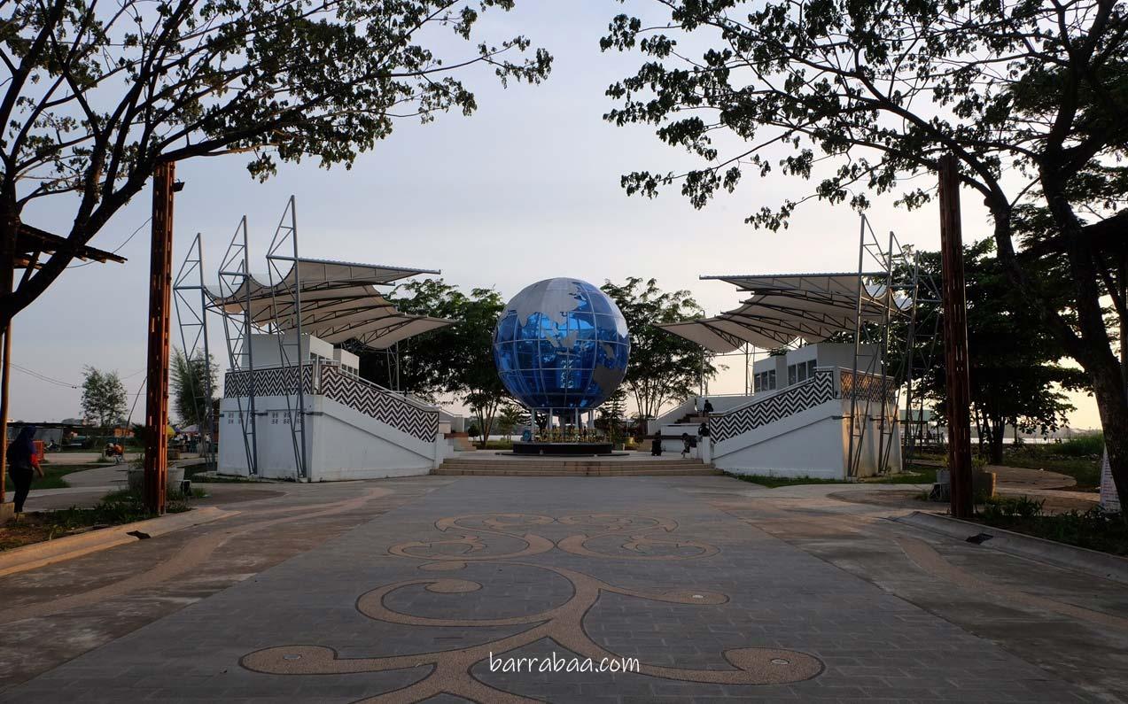 "bola dunia ""universal"" tugu khatulistiwa / monumen ekuator"