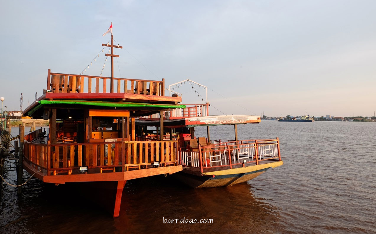 cafe perahu di atas sungai kapuas